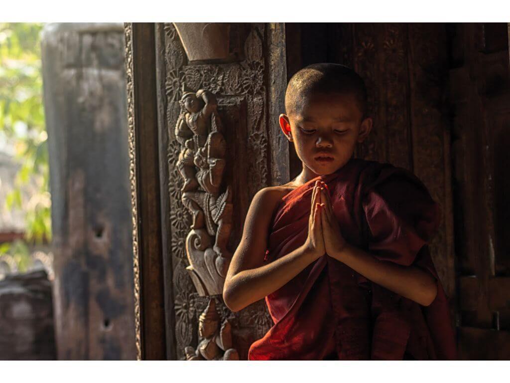 monje-reza-puerta-monasterio-Shwenandaw-pagoda-mandalay-myanmar-birmania