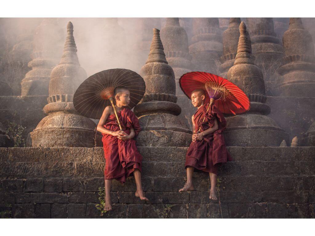 monjes-templo-birmania-myanmar
