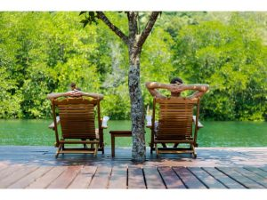 pareja-relax-playa-koh-chang-tailandia