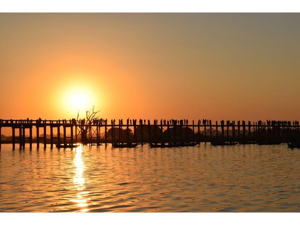 puesta-de-sol-famoso-uente-u-bein-mandalay-myanmar-birmania